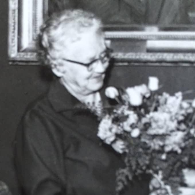 Och en okänd man hade alltså lagt blommor på hennes grav sedan hennes död. Foto: Privat