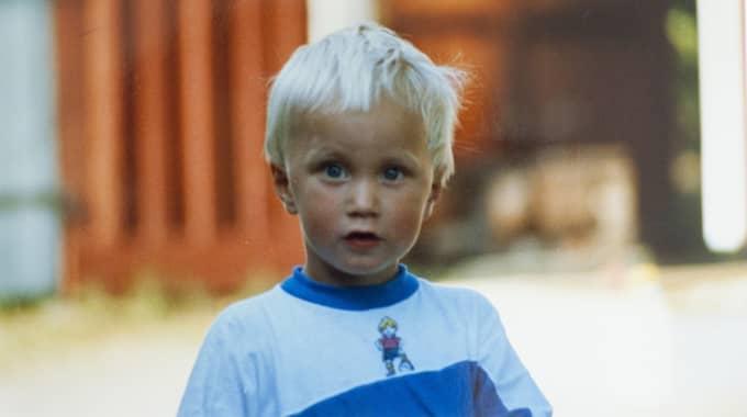 Emil Rittbo var 6 år när en bankrånare sköt honom. Emil i passagerarsätet i sin pappas bil. Foto: Privat