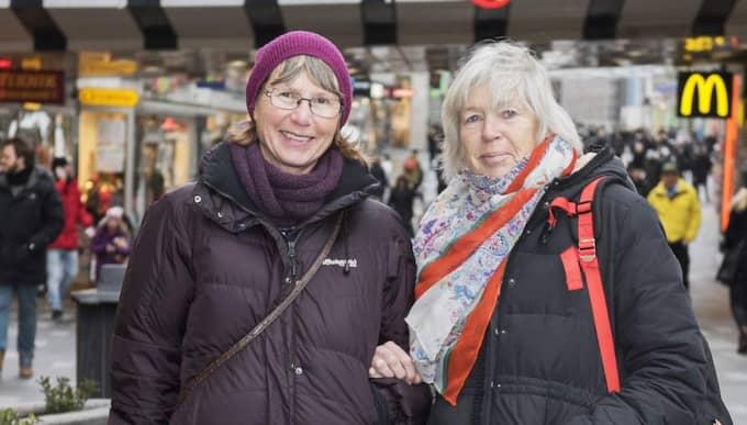 """Barbara Tolsby, 68, pensionär, Lidingö """"Jag vill absolut ha en vit vinter! Till alla barn och barnbarn och även de äldre"""" Eva Jansson, 69, pensionär Solna """"Jag håller med, jag vill också ha en vit vinter. Det ska vara kallt på vintern på våra breddgrader. Är det inte en vit vinter så känns det lite farligt och fel."""" Foto: Ann Jonasson"""