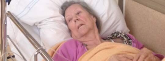 """Skickades hem. Göta Mårtensson, 93, fick åka ambulans till akuten på Södersjukhuset, men skickades hem. """"Det var som i en skräckfilm. Jag tror att de som jobbar har blivit avtrubbade,"""" säger Götas dotterdotter, Marie Blom. Foto: Privat"""