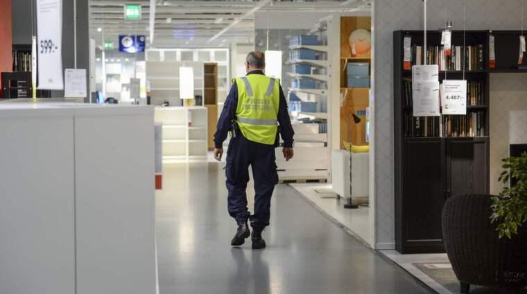 Polisens talesperson Per Strömbäck i varuhuset när IKEA i Västerås öppnade igen på onsdagen efter måndagens knivdåd. Foto: Maja Suslin/TT
