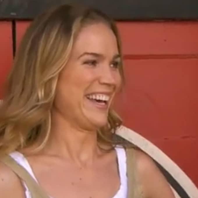 Programledaren skrattade hjärtligt efter frågan om mängden skräpmat. Foto: TV4
