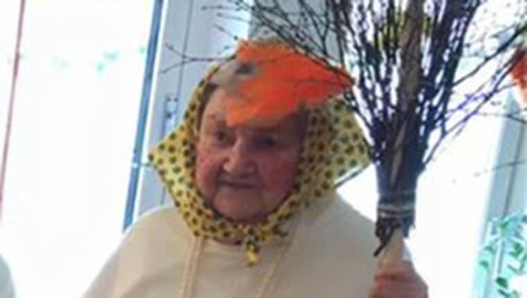 I december var hon lucia på äldreboendet där hon bor - och lagom till påsk stod hon åter på scen som påskkärring. Foto: Ankis Guldkant