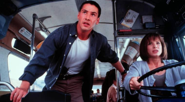 Om alla är journalister är alla också busschaufförer. Amatörförarna Keanu Reeves och Sandra Bullock gasar på som fanns det ingen morgondag i filmen Speed.