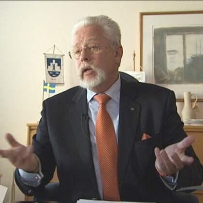 """AVSLØJAD. Vellinges kommunalråd Göran Holm (M) konfronteras med den dolda bandinspelningen. Han anklagar SVT:s medarbetare för att ha uttryckt """"främlingsfientliga åsikter""""."""