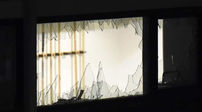 Nio stora rutor ska ha krossats och två stora flaskor kastades in i lokalen. Foto: / Andreas Holm