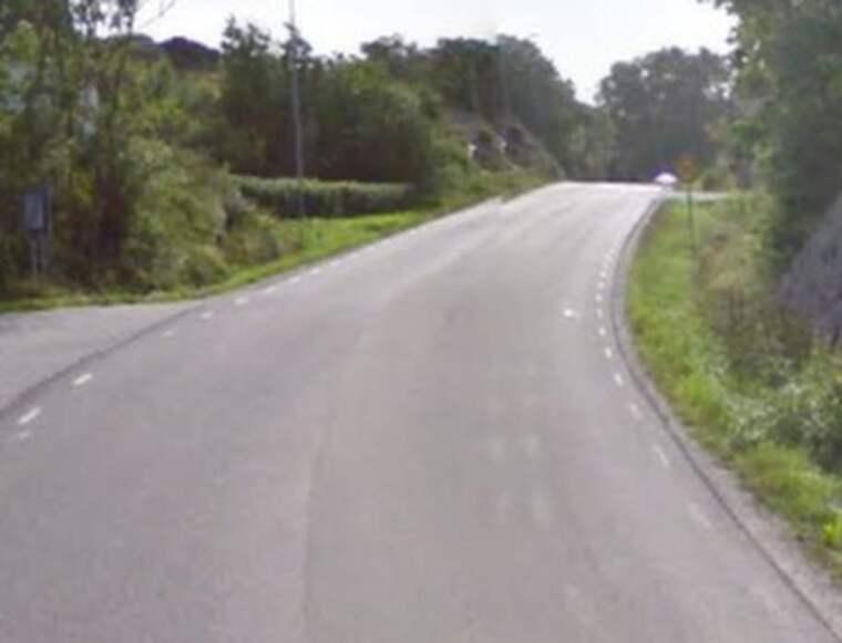 Det var på den här vägen som mannen kan ha blivit påhoppad av rådjuret. Foto: Google Street View.