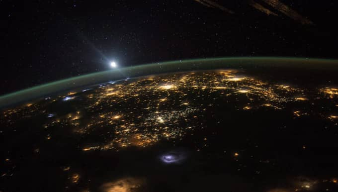 Under dagen kommer storstäderna att avverkas i en rasande takt. Expressen sänder live när Earth Hour infaller i Tokyo, världens mest folktäta område, klockan 12.30. Foto: Scott Kelly / AP TT NYHETSBYRÅN