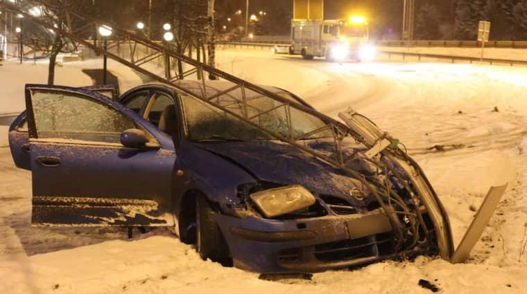 På söndagsmorgonen körde en personbil av E4 vid Järva krog i Solna. Bilen körde rakt in i en vägskylt som bröts av och rasade över huven på bilen. Foto: Janne Åkesson/Swepix