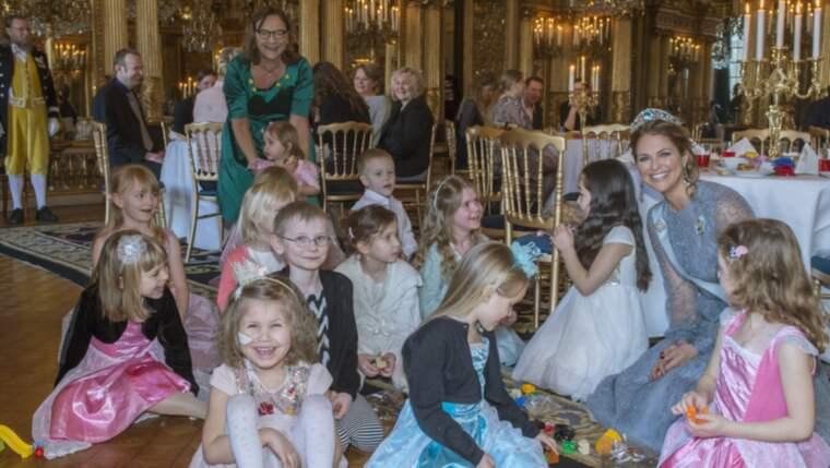 Prinsessan Madeleine sitter på golvet och bygger lego med barnen. Det är Klara som sitter längst till vänster på bilden och skrattar. Foto: KATE GABOR/KUNGAHUSET.SE