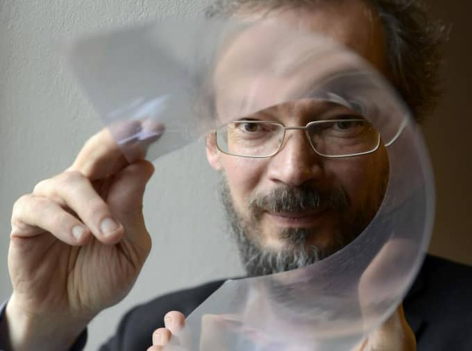 Professor Jari Kinaret med ett inplastat grafen-ark. Foto: Peter Widding