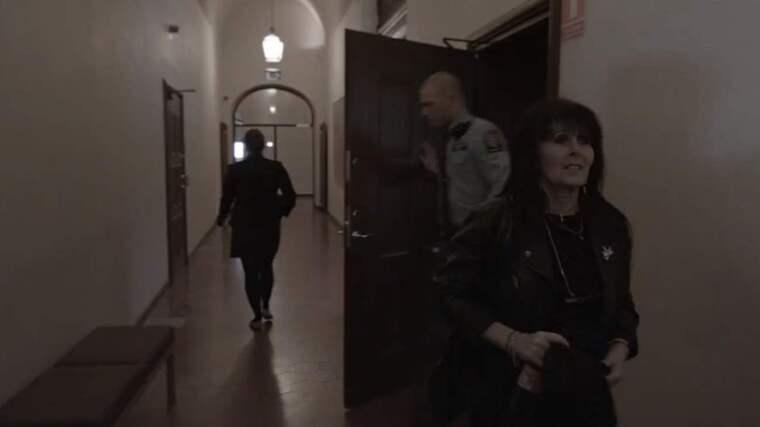 """SVT-DOKUMENTÄR. Irene, som kastade en tårta i ansiktet på SD-ledaren Jimmie Åkesson, är huvudperson i första avsnittet av """"Kärrtorp - efter smällen"""". Foto: SVT"""