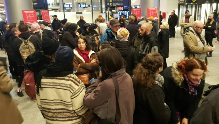 Flera hundra aktivister samlas på lördagen för att protestera mot id-kontrollerna. Foto: Mikael Nilsson