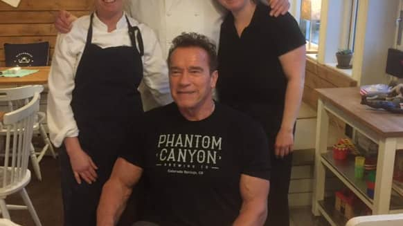 Susanne Winroth, Mattias Löfgren och Johanna Löfgren tog emot Arnold Schwarzenegger på sitt bageri Nordgården i Billdal i södra Göteborg. Foto: Nordgårdens bageri