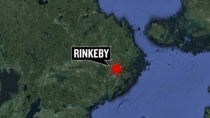 En knivbeväpnad man har stängt in sig i en lägenhet i Rinkeby.