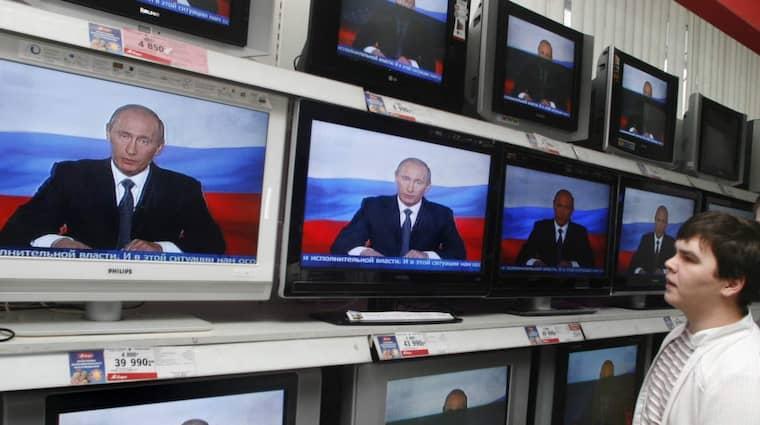 PRESSAR PRESSEN. Vladimir Putins inskränkningar av det fria ordet ökar dag för dag. Foto: Mikhail Metzel