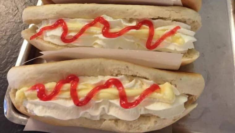 """""""Den röda strängen är pikeringsgelé. Det symboliserar ketchupen"""", säger Alf Oskarsson, bagare och konditor på Ekmans konditori i Trollhättan. Foto: Ekmans konditori"""