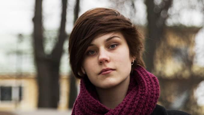 """Liva, 17, Järna : """"Det värsta som skulle kunna hända mig är att bli neddrogad och våldtagen. Även om jag skulle vara fysiskt kapabel så kan jag ändå inte göra något. Det skulle vara det hemskaste. Man skulle önska att det inte skulle behövas sådana här kurser överhuvudtaget."""" Foto: Lisa Mattisson"""