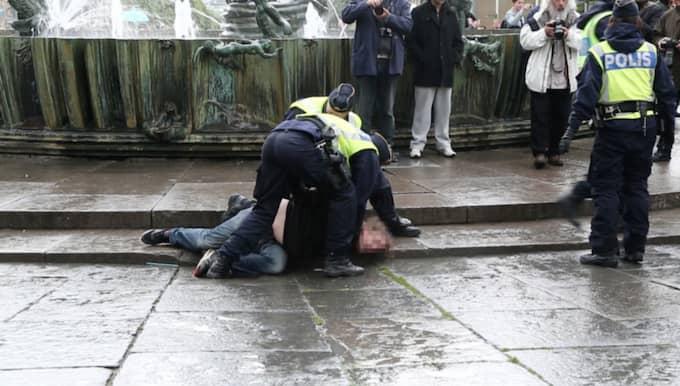 11 motdemonstranter omhändertogs och 19 greps i samband med Sverigedemokraternas möte på Götaplatsen våren 2014. Foto: Anders Ylander