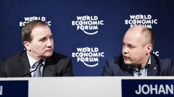 Statsminister Stefan Löfven och migrationsminister Morgan Johansson under en gemensam presskonferens i Davos. Foto: Anna-Karin Nilsson