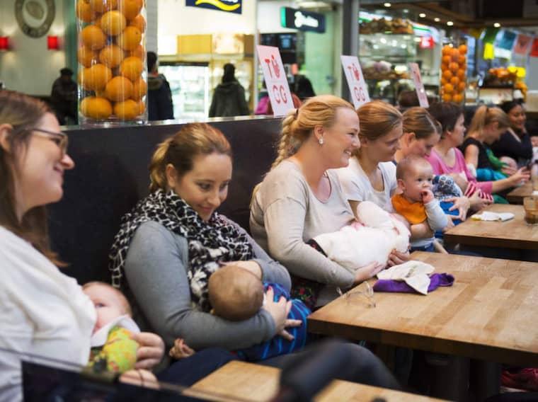 AMMADE I GRUPP. Mammorna slöt upp och ammade sina barn i grupp i Nordstan i Göteborg på torsdagen. Foto: Jonas Tobin