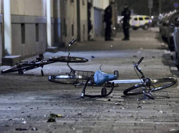 Förödelse. På platsen för slagsmålet i Malmö fanns tydliga spår efter krossade flaskor. Foto: Patrick Persson