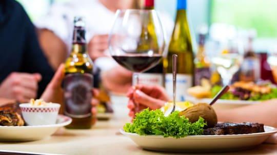 """Skål för hälftenmetoden. Njut av allt det goda men nöj dig med halva portionen. Vid restaurangbesök kan det vara en god idé att be om en """"doggybag"""" och ta hem hälften av maten."""