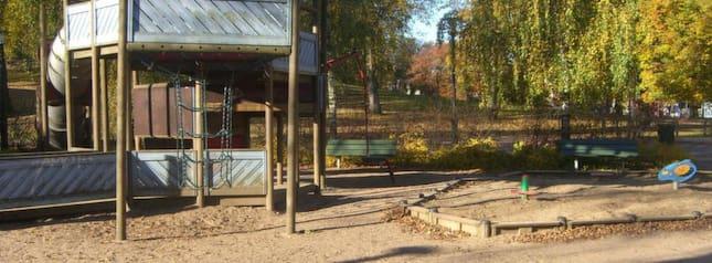 OVANLIGT PROBLEM. I Stadsparken i Borås, bland annat vid lekplatsen, har ett stort antal personer den senaste tiden uträttat sina ärenden. Kommunen och polisen har svårt att hitta en lösning på problemet med avföringen. Foto: Tobias Sandblom