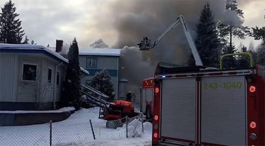 """""""Det är fullt utvecklad brand, det har gått ut genom taket"""", säger Kjell-Åke Romfors, inre befäl på räddningstjänsten i Jönköping. Foto: Anna Hållams"""