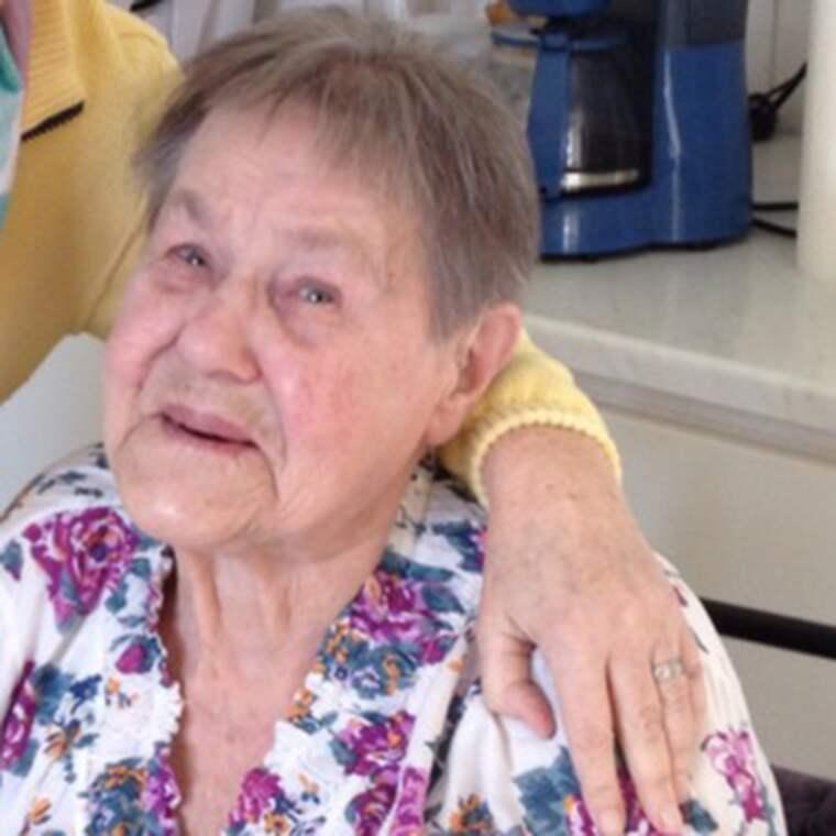 Karin Rask, 90, riktar kritik mot Vimmerby kommun som planerar att lägga ner matsalen vid äldreboendet Frödala. Foto: Privat