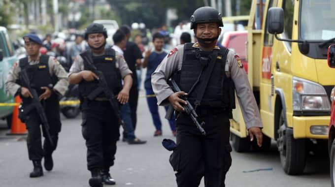 Många poliser finns på plats. Foto: Adi Weda / Epa / Tt