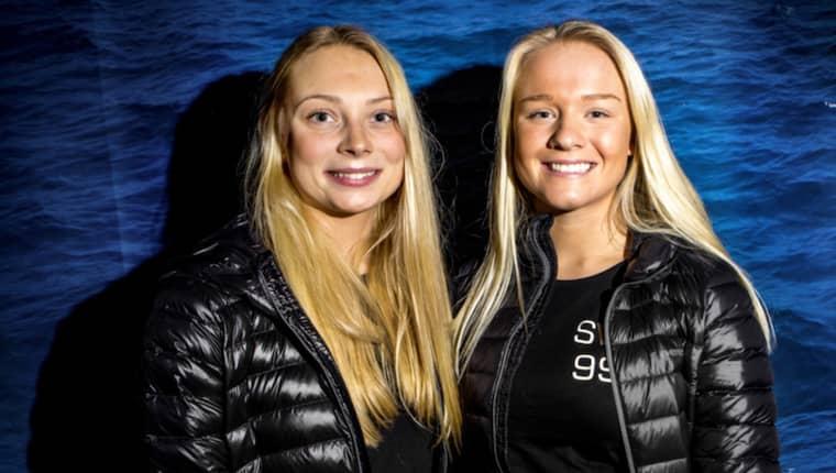 Rebecca Netzler och Klara Wester som under måndagen tog emot ett stipendium på 50 000 kronor. Foto: Henrik Jansson