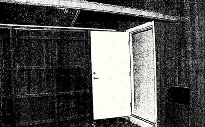 RASTGÅRDEN. Bilden tagen från rastgården in mot dörren som leder in i maskinhallen. Den svarta lådan intill dörren är fristluftsintaget till bunkerns ventilationssystem. Foto: Polisen