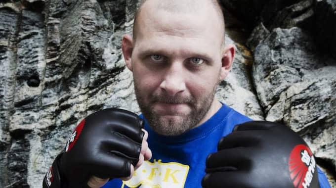 TILL ATTACK. Före detta brottaren Eddy Bengtsson spolar Jimmie Åkessons budskap. Foto: Jan Wiriden