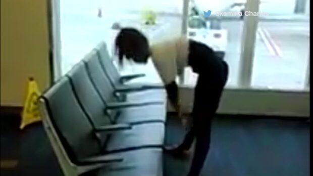 Kvinnans märkliga show får alla att häpna på flygplatsen