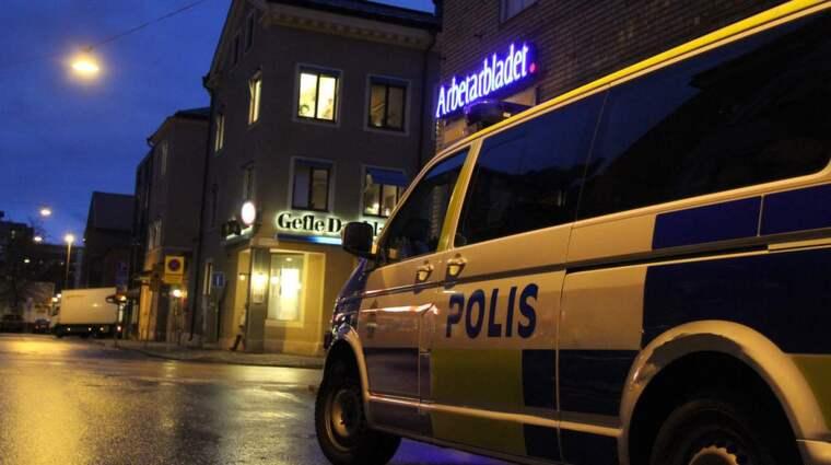 Bland annat får tidningsredaktioner skydd. Här är polispatruller utanför Gefle dagblad och Arbetarbladet i Gävle. Foto: Roger Nilsson/112 Media