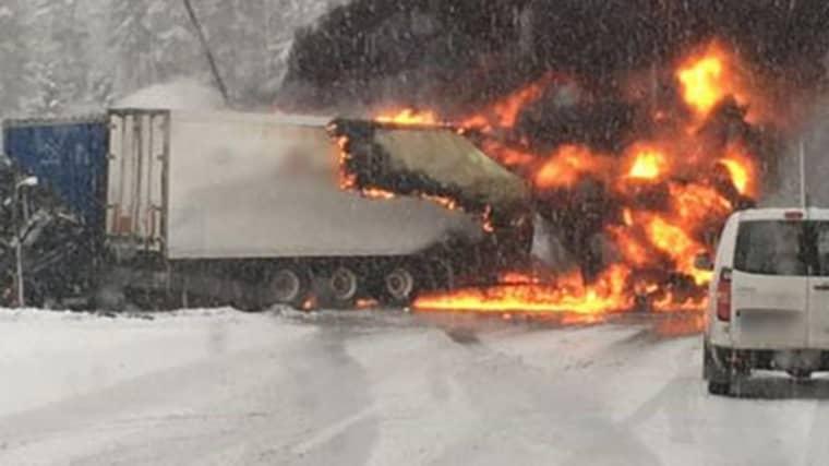 Det blev ett riktigt eldinferno när de båda lastbilarna krockade och började brinna. Foto: Läsarbild