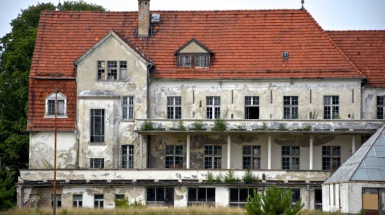 En av tjugotalet praktfulla ruiner i parken. På håll kan det övergivna sanatoriet nästan se ut som ett fryntligt, tyskt värdshus. Men skenet bedrar. Foto: Calle Bergendorff