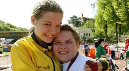 Johanna Busk, 15, från Södertälje tog sin åttonde varvsseger. Här tillsammans med systern Josefin som sprang i Special GöteborgsVarvet. Foto: Per Wissing