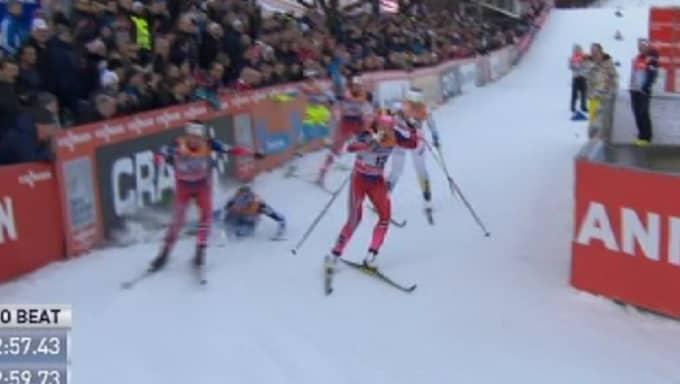 Här faller finskan. Framför henne åker Heidi Weng. Foto: SVT