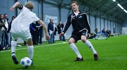 Här tränar Simon Tibbling med Martin Sundgren på Bosön. Artikeln om Simon har tidigare publicerats i Magasinet Match. Foto: Joel Marklund