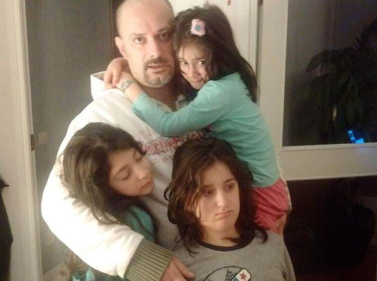 """Ali tillsammans med sina döttrar. """"Det kommer ordna sig för oss, men det är hemskt just nu"""", säger han. Foto: Privat"""