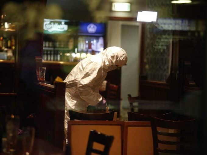 Det tekniska teamet jobbade på plats inne på restaurangen där skottdramat ägde rum. Foto: Nils-Petter Nilsson