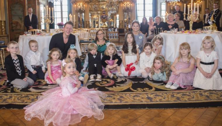 Det bjöds på stort sagokalas på slottet, tillsammans med Madeleine och Leonore, här längst fram i rosa klänning. Foto: Kate Gabor, Kungahuset.se