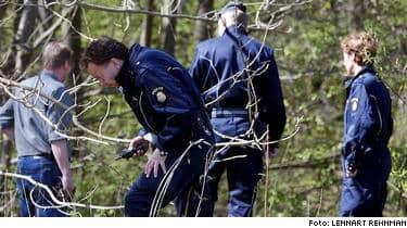 Polisen söker två begravda män i området kring Gunnilse gård, där Hells Angels håller till.