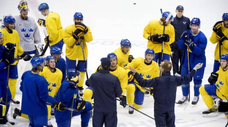 Pär Mårts snackade taktik med Tre Kronor på gårdagens träning inför dagens final mot Kanada - och han valde att inte lägga fokus på domarna. Foto: Sven Lindwall
