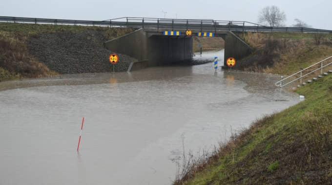 Utanför Landskrona behövde Tullstorpsvägen spärras av sedan vägtunneln under E6 vattenfyllts. Foto: ANDRÉ TAJTI