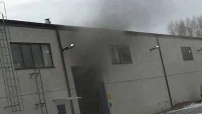 Fyra personer har förts till sjukhus efter en storbrand i en industrilokal i Herrljunga. Foto: Bosse Åström/Alingsås tidning