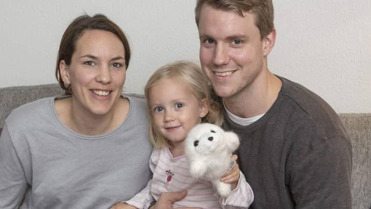 Familjen samlad igen. Joacim Ernstsson med sambon Jenny Gustafsson och äldsta dottern Emilia, 3 år. Lilla Ella, 2 år, hade redan somnat. Foto: Ulf Ryd