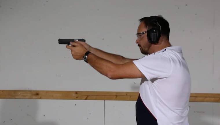Patrik Hertzman, vid Nationellt Forensiskt Centrum, NFC, provskjuter vapen. Testet har inget samband med Palmeutredningen. Foto: Polisen